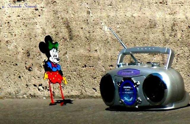 Minnie danza a fianco di una radio portatile