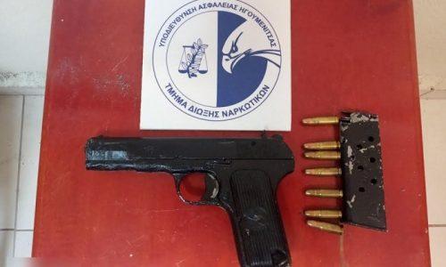 Ύστερα από καταδίωξη και τροχαίο που προκάλεσε, συνελήφθη από αστυνομικούς της Δίωξης με την συνδρομή αστυνομικών της Τροχαίας και της Ομάδας ΔΙΑΣ ένας ημεδαπός ο οποίος μετέφερε ναρκωτικές ουσίες καθώς και ένα πιστόλι.