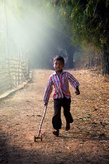 طفل فقير يلعب