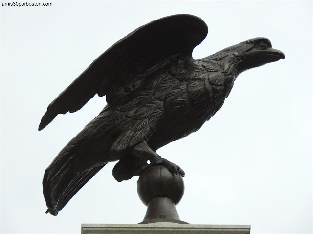 Beacon Hill Eagle Monument de Charles Bulfinch en el Massachusetts State House