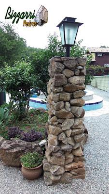 Pilar de pedra para colocação de lampião, com pedra moledo, tamanhos de 10 cm a 20 cm.