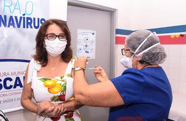 Prefeita Mary Gouveia toma primeira dose da vacina contra Covid-19