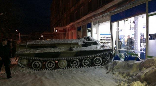 Solo en Rusia: robó un tanque para ir a robar vino