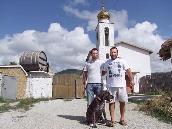 Υιός και πατήρ Καρακεζίδης έξω από το οινοποιείο τους