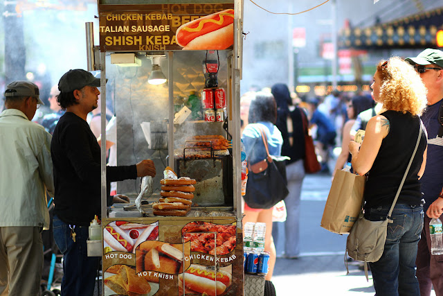 un vendedor de comida rapida en una esquina de Nueva York