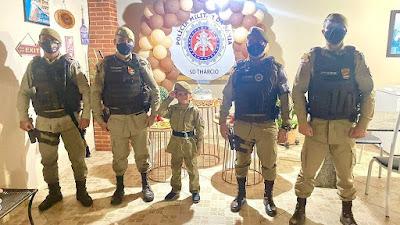 Policiais da 46ª CIPM em Livramento de Nossa Senhora  são homenageados em aniversário de criança