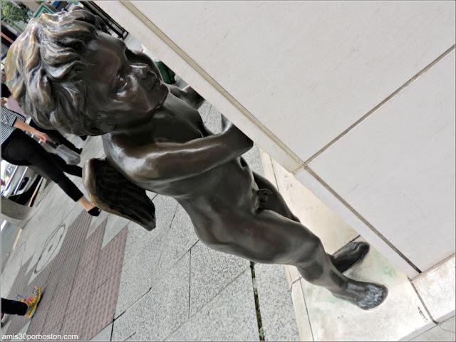 Escultura de Cupido en las Calles de Ginza, Tokio