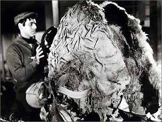 Jonathan Haze (Seymour Krelboyne) alimentado la planta carnívora