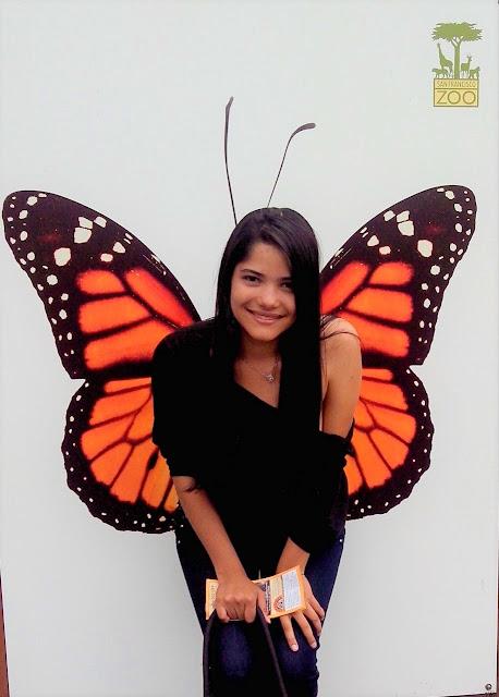 menina em um mural de borboleta