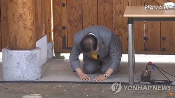 Giáo chủ Tân Thiên Địa quỳ gối cúi đầu xin lỗi người dân Hàn Quốc