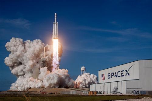 A grande estrela da constelação da SpaceX é o Falcon Heavy, considerado o  maior foguete em operação no momento. Constituído de três módulos do Falcon  9, ... 9c4a140389