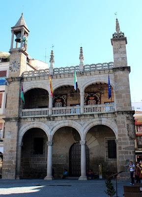 Palacio Municipal de Plasencia con el Abuelo mayorga en el campanario