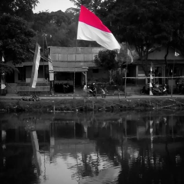 Bendera Merah putih pinggir kalimalang