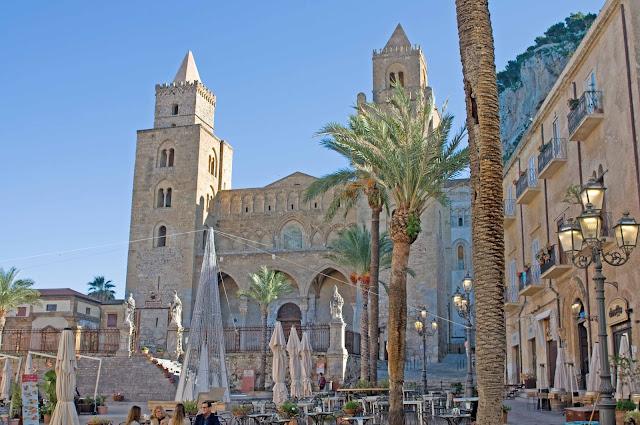 Cefalu widok na katedrę, rynek miasta, palmy, Sycylia