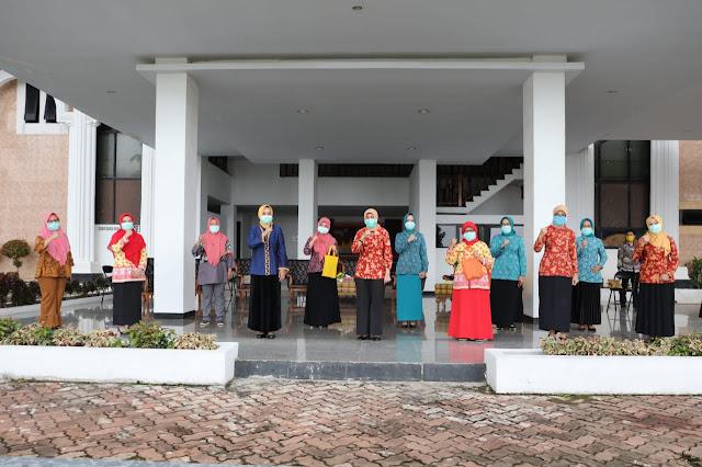 Viral Petang (02/04/2020) BANDAR LAMPUNG ----- Penasehat Dharma Wanita Provinsi Lampung Ibu Riana Sari Arinal memberikan bantuan secara simbolis 170 paket sembako untuk tenaga medis Puskesmas Kedaton dan Puskesmas Simpur