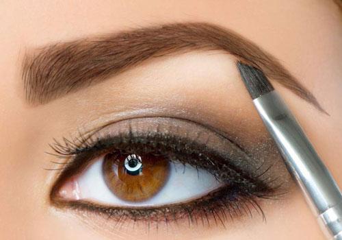 Maquillar el arco de la ceja con iluminador