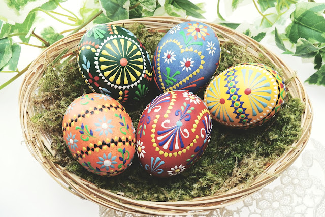 How to Have a Great Low Budget Easter {frugal living, Easter}. Broke during Easter. Cheap easter presents,  cheap easter baskets, what to put in easter baskets, easter gifts for boys,  easter basket ideas, cheap easter basket stuffers, cheap easter basket filler ideas, cheap easter clothes