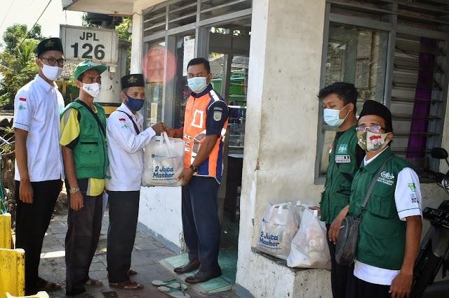 Ramadhan Bangkit Bersama, Lazisnu Kota Pasuruan Bagikan Ratusan Paket Masker Dan Sembako Bagi Insan Transportasi