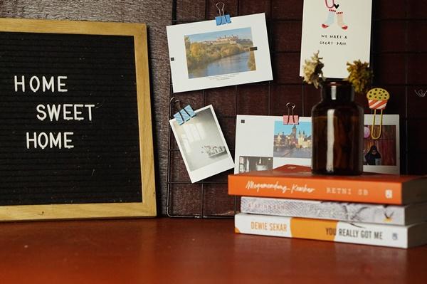 menjaga pikiran positif selama di rumah, home sweet home, books