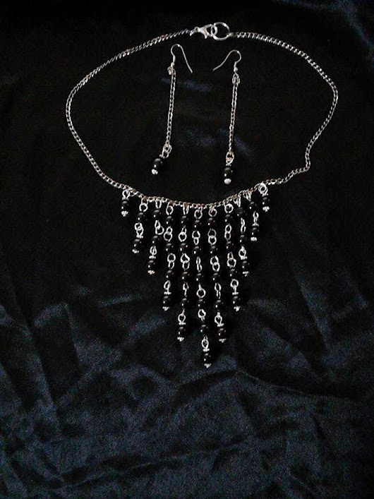 Necklace and earrings with black pearls and black chain