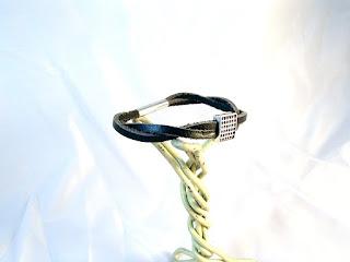 Vue latérale du bracelet cuir noir tressé décoré d'un motif à point