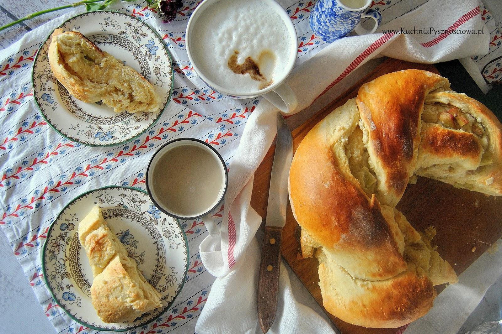 520. Ciasto drożdżowe z marcepanem i rabarbarem