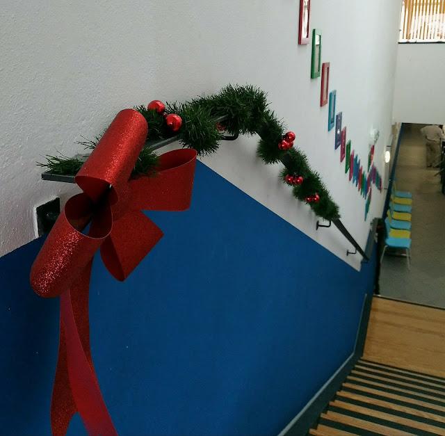 ginásio com decorações natalícias