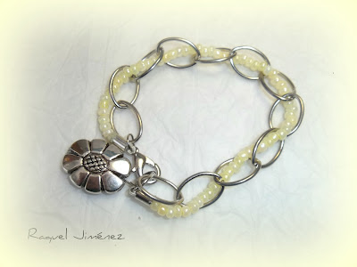 pulsera cadena con nácar y flor