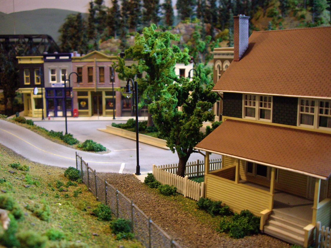 Model railroad town scene with Kate's Colonial home and Merchant's Row 1 kit