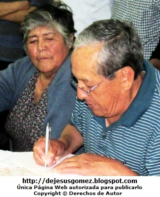 Fotos de ancianos en plena firma de Jesus Gómez