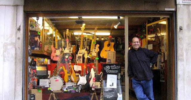 Claudio Zaggia davanti alla vetrina del negozio di strumenti musicali in Campo San Provolo a Venezia