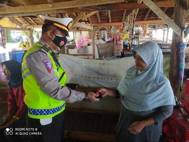 Ditlantas Polda Banten Sosialisasikan Prokes dan 3M di Pantai Anyer