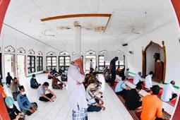 Jokowi Tunaikan Salat Jumat Bersama Warga di Masjid Babul Jannah Amakaka