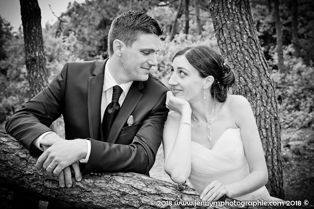 photo noir et blanc portrait des mariés qui se regardent