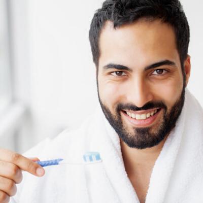 Como ficar mais bonito com uma escova de dentes?