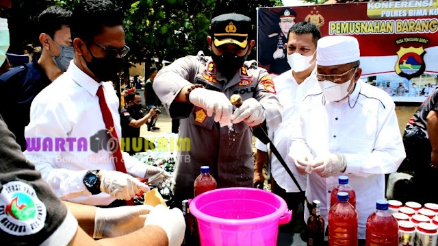 Ribuan Botol Miras dan Puluhan Gram Sabu Hasil Sitaan Dimusnahkan Polres Bima Kota