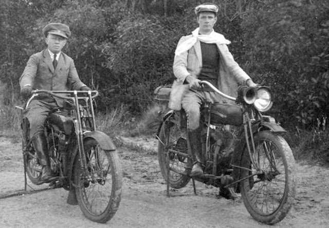 Dois jovens sentados em suas motos Harley Davdson
