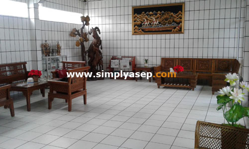 LOBBY: This is the lobby of the Sentosa Singkawang hotel when I checked this day. There is a driver's cupboard. I wonder what that means. Want to be sold or exhibition only. Photo of Asep Haryono