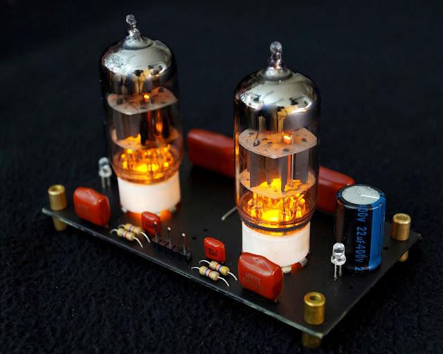 Красиво светится предварительный ламповый усилитель на лампе 6Н1П.
