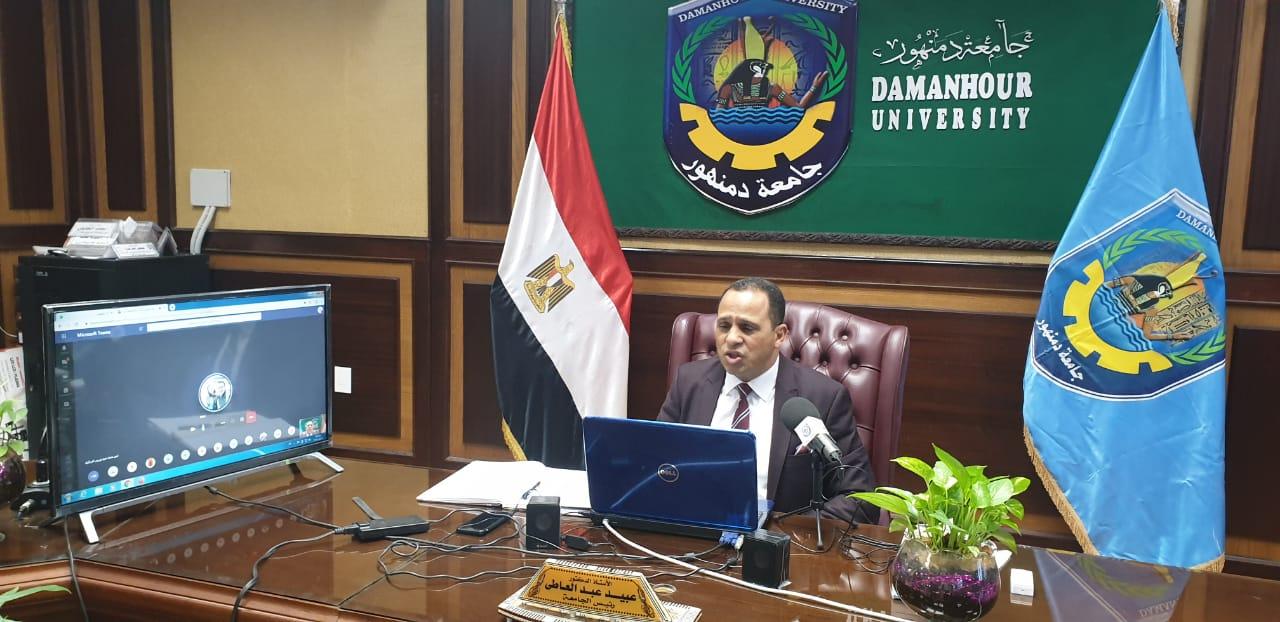 رئيس جامعة دمنهور يواصل حل مشاكل الطلاب فى التعليم عن بعد