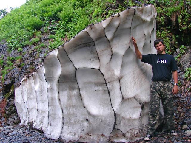 Кусок снега на хребте Ачишхо