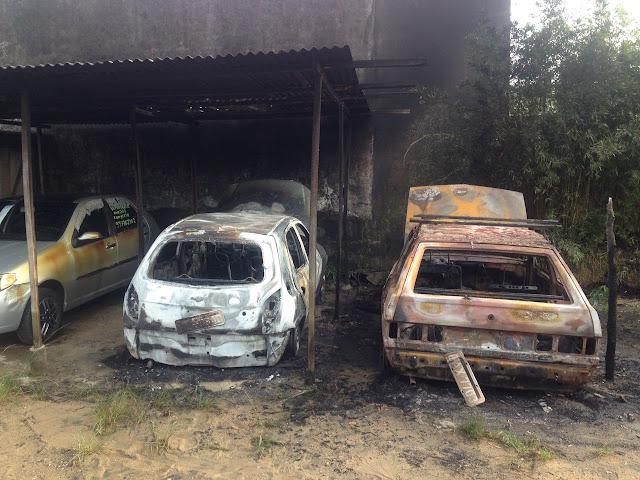 Veículos pegaram fogo em Estacionamento em Registro-SP nesta madrugada 29/10