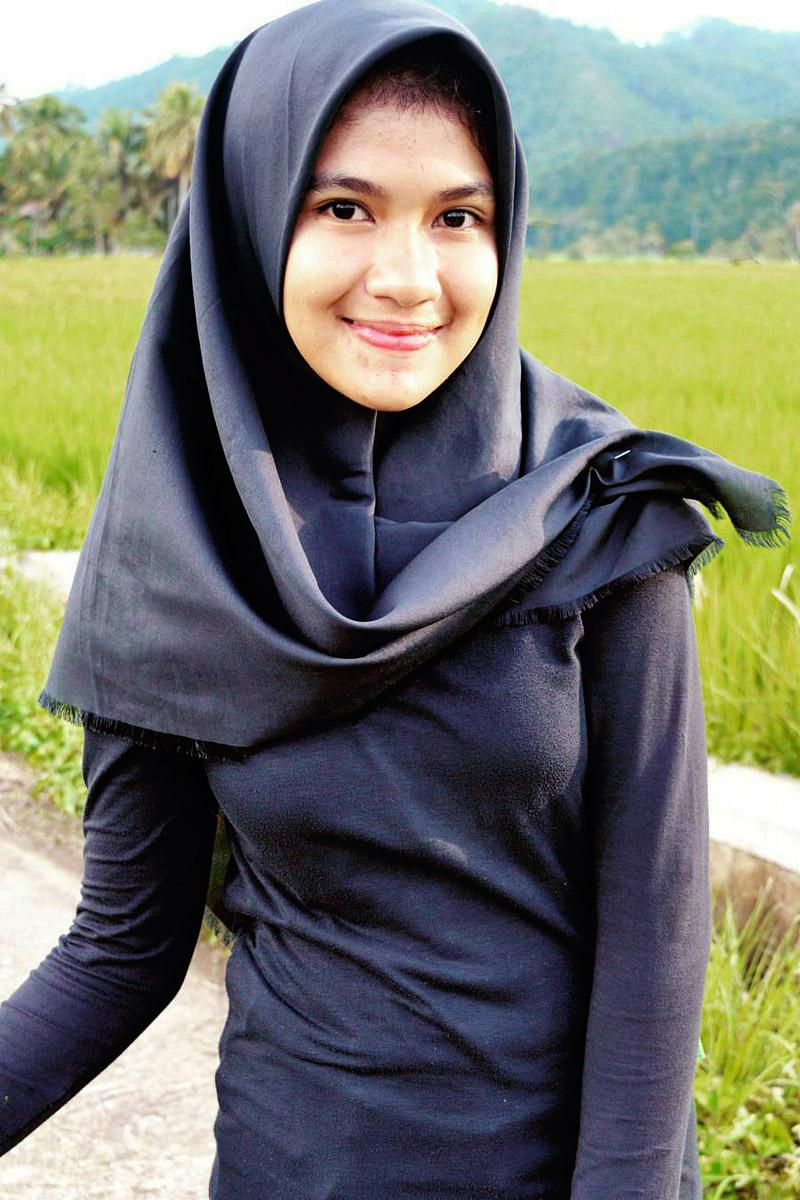 cewek manis pakai hijab dan jilba di sawah