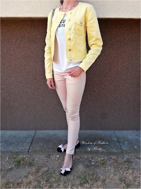 Żółta jeansowa kurtka, biały T-shirt z napisem, jasnoróżowe jeansy, czarne baleriny z różowymi kokardkami, biżuteria