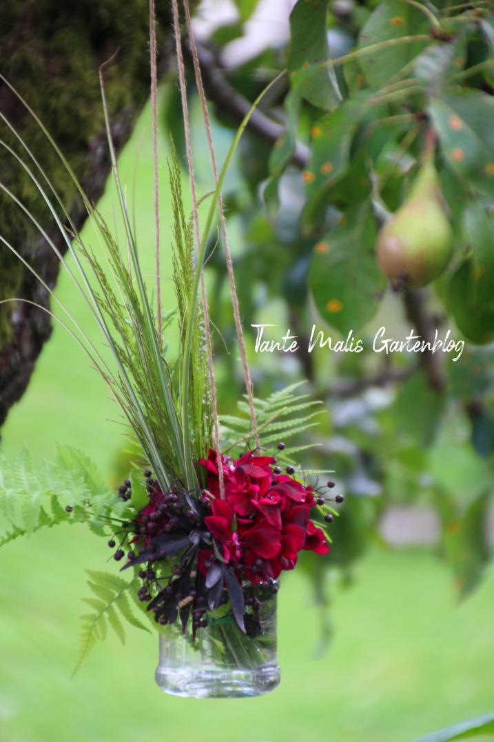 Gartendekoration kleiner Strauß auf Baum hängend