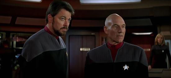Il Comandante Riker (Jonathan Frakes), il Capitano Picard (Patrick Stewart) e la Dottoressa Beverly Crusher (Gates McFadden) in una scena del film Star Trek Primo Contatto - TG TREK: Notizie, Novità, News da Star Trek