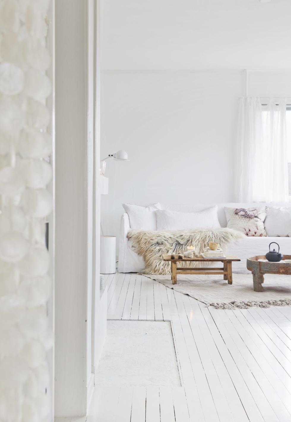 Salón blanco de estilo nórdico en la casa de la estilista y fotógrafa Line Kay