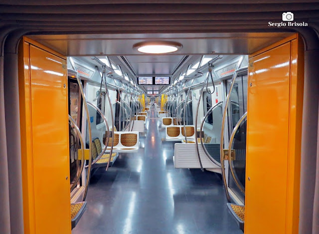 Vista ampla do interior de um trem da Linha Amarela do Metrô de São Paulo