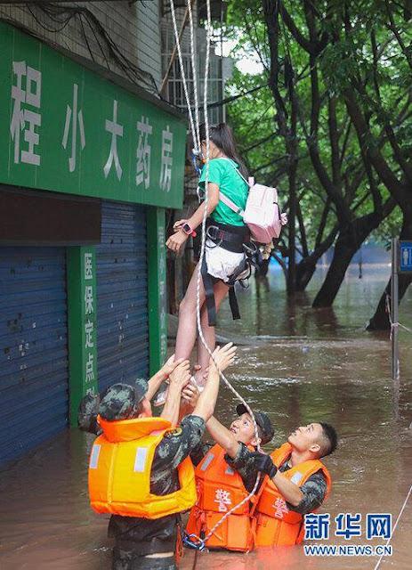 Nước lũ phun trào như nham thạch ở Trung Quốc, nhấn chìm ô tô đỗ trên đường