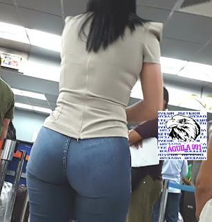 Mujeres bonitas colas grandes pantalones entallados
